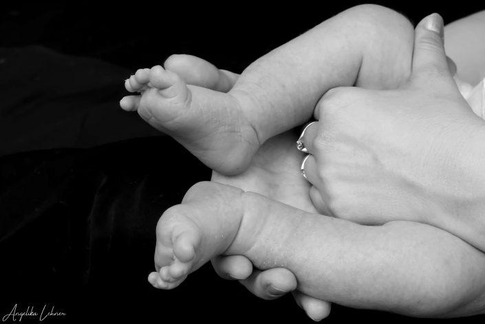 Foto einer Schwangeren mit Babybauch als s/w-Fotografie
