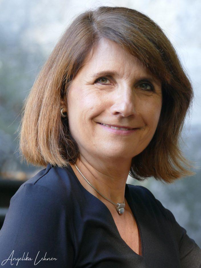 Foto einer Frau als Portraitfoto, im Freien aufgenommen, authentische Fotografie